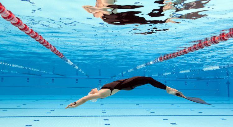 Auréo aquatique nage avec palmes